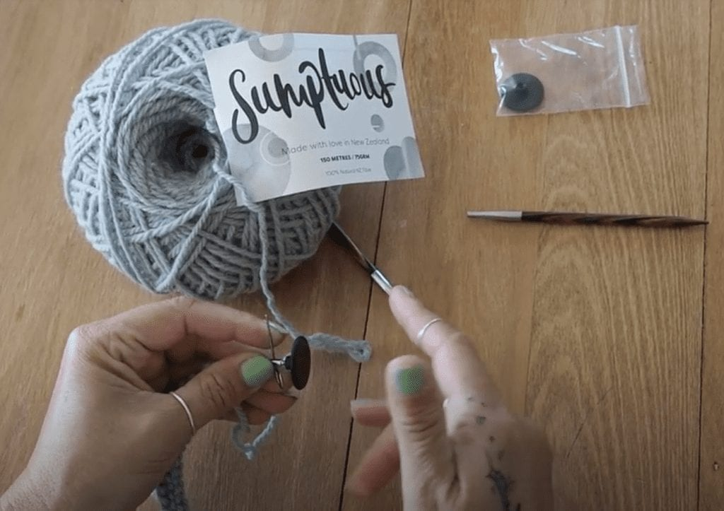 How to knit, how to use needle stoppers